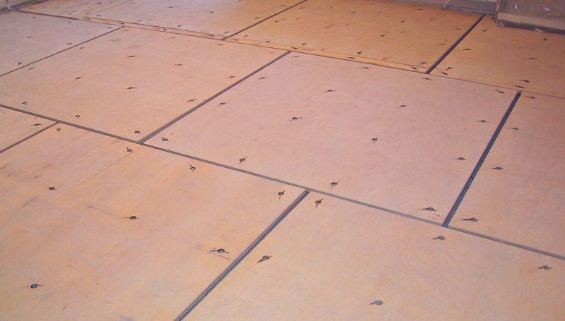 Листы фанеры укладываются в шахматном порядке с технологическими зазорами 10 мм.