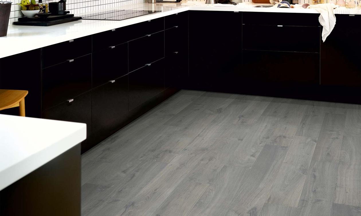 Серый ламинат в кухне
