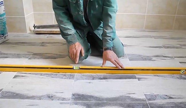 Измерение уклона для выравнивания пола клеем