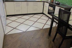 Комбинированный пол из плитки и ламината на кухне