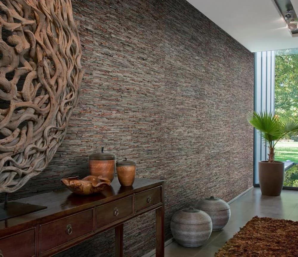 стена с натуральными обоями