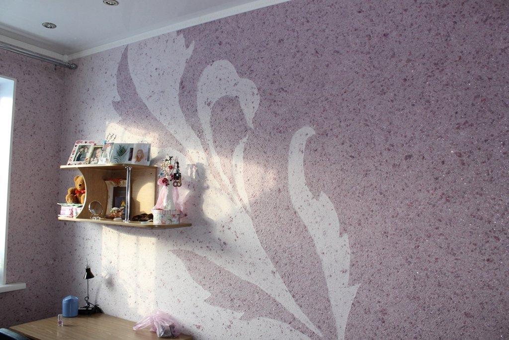 декорирование стены жидкими обоями